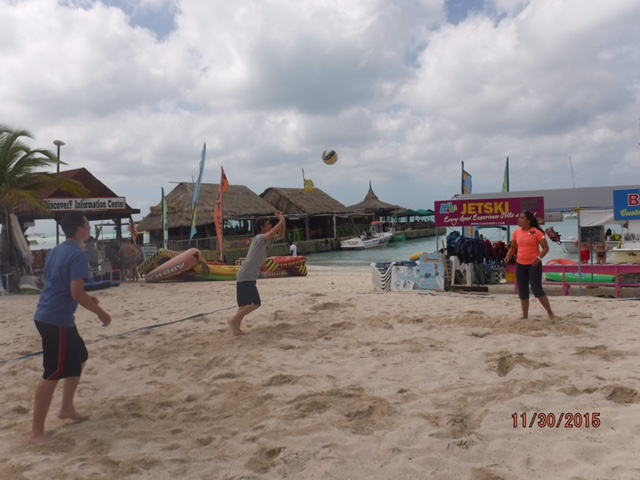 Su deporte favorito en la playa (voleyball) P-day at the beach